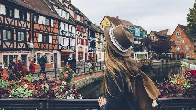 """Được xem là một trong những thị trấn đẹp nhất châu Âu, mỗi con phố ở Colmar đều đẹp như tranh vẽ với sự bùng nổ của sắc màu. Dạo bước nơi đây, bạn sẽ ngỡ như mình đang lạc vào những ngôi làng cổ tích. Thị trấn này có biệt danh là """"Little Venice"""", với sự pha trộn giữa kiến trúc Đức và Pháp được bảo tồn cẩn thận, tạo nên dấu ấn phong cách độc đáo khó quên."""