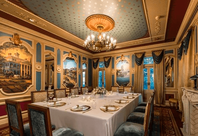 El espectacular comedor del restaurante de Disneylandia 21 Royal