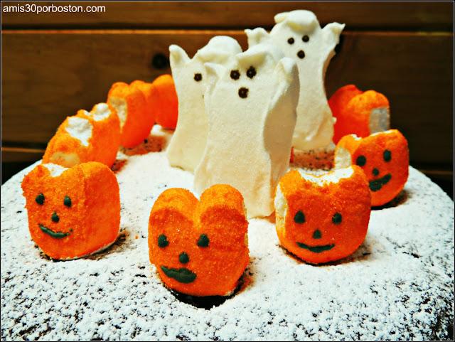 Comida Terrorífica para Fiestas de Halloween de Miedo: Pastel de Chocolate con Harina de Almendra y Peeps de Halloween