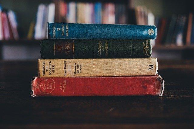 Buku yang bertumpuk pada sebuah meja