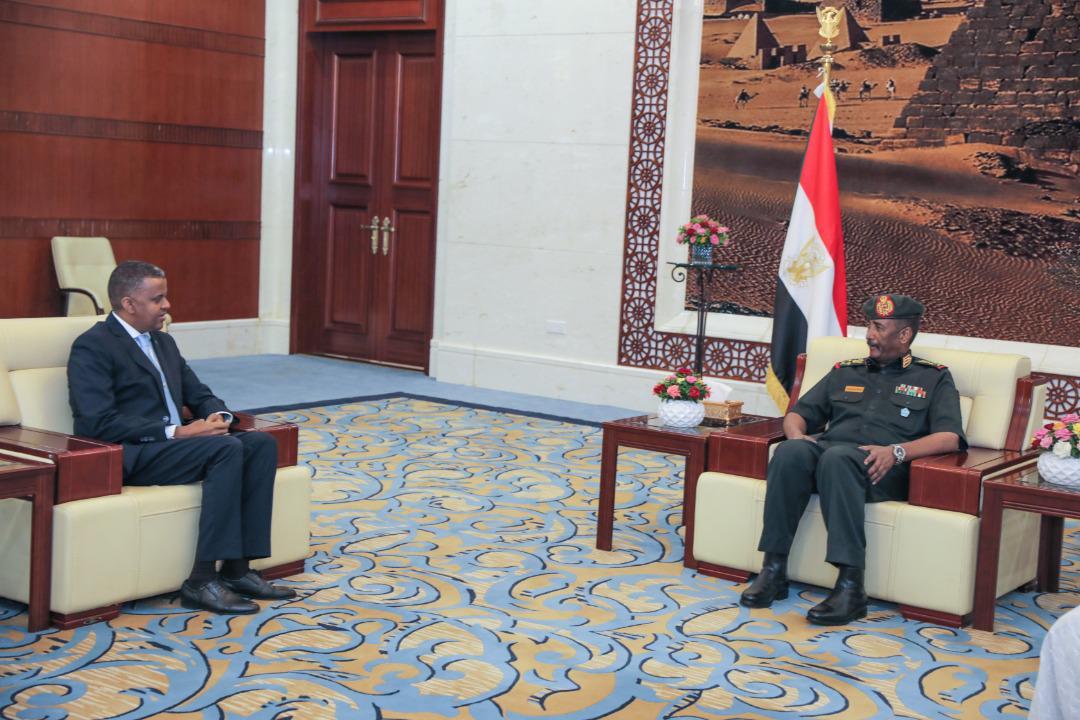 رئيس المجلس السيادي السوداني يستلم أوراق اعتماد السفير الصومالي الجديد لدى السودان