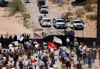 các tình nguyện viên ủng hộ đã trang bị sẵn súng ống đón chờ các nhân viên chính phủ