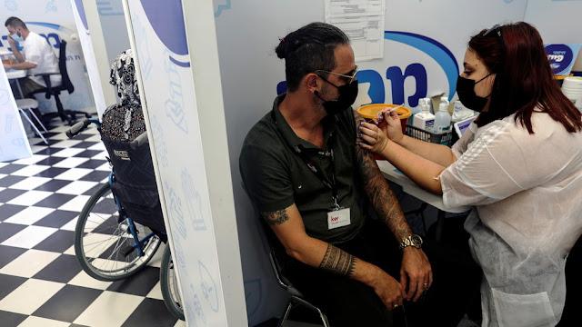 """Lo zar israeliano del coronavirus avverte la gente di prepararsi a una """"quarta iniezione"""" di vaccino Covid"""