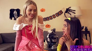 Sus hermanas disfrazadas de princesas se lo follan para celebrar Halloween