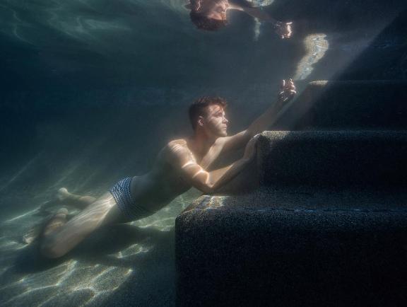 El fot grafo acu tico lucas murnaghan homoerotismo for Follando en la piscina gay