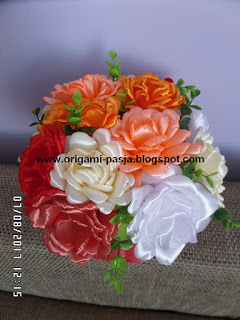 Kosz z kwiatami ze wstążki, kanzashi, czerwony kosz z wikliny papierowej, pomarańcz, biel, ecru, łosoś, na stół ozdoba, urodziny, imieniny, z okazji dnia matki, babci i dziadka, ślubu