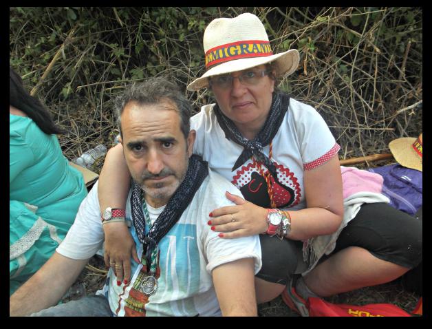 Sentados esperando a la Hermandad de Emigrantes en el Charco