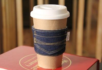 Ide denim bekas menjadi coffee sleeves penahan panas
