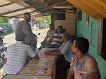 Sambangi Warga, Bhabinkamtibmas Sampaikan Himbauan Prokes dan Jangan Percaya Dengan Berita Hoax