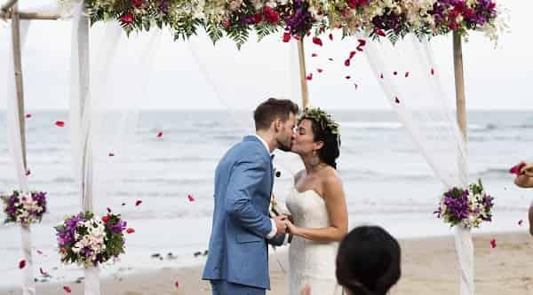 Prós e contras do casamento na praia