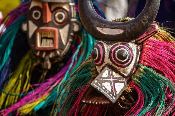 Κατασκευάζουν Αφρικανικές μάσκες στο Φουγάρο