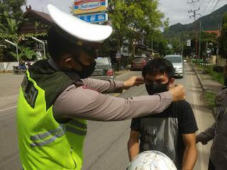 Satlantas Polres Enrekang Bagikan Masker Sambil Edukasi Pengendara