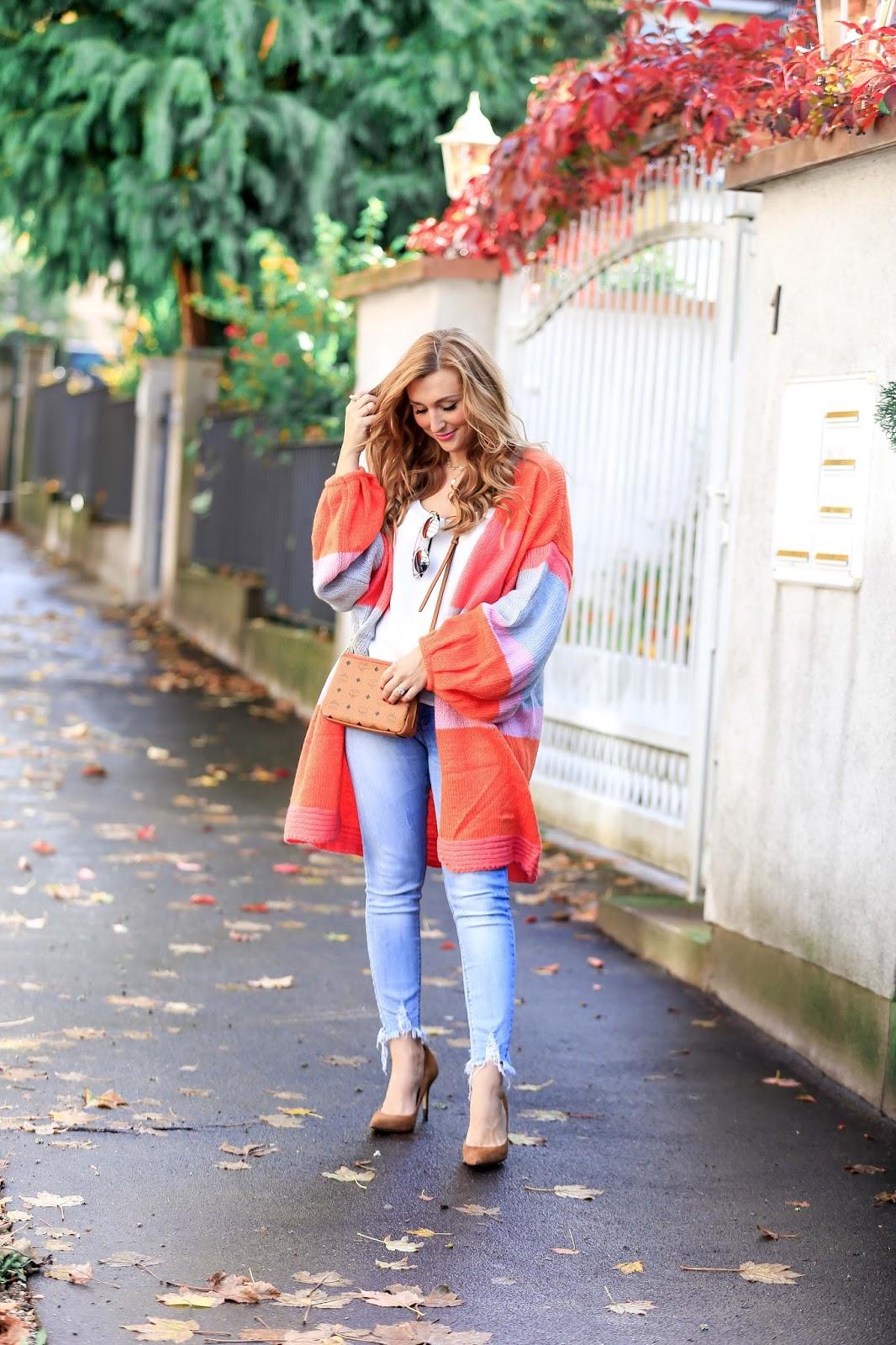 Helle-78Jeans-Bunter-cardigan-Fashionstylebyjohanna-blogger-Frankfurt-deutschlandfashionblog-outfit-ootd-wildleder-pumps-Asostrend-beige-altrosa-oversize-cardigan-bunt-jeans-pailletten-top-chanel-camera-vintage-mcm-tasche