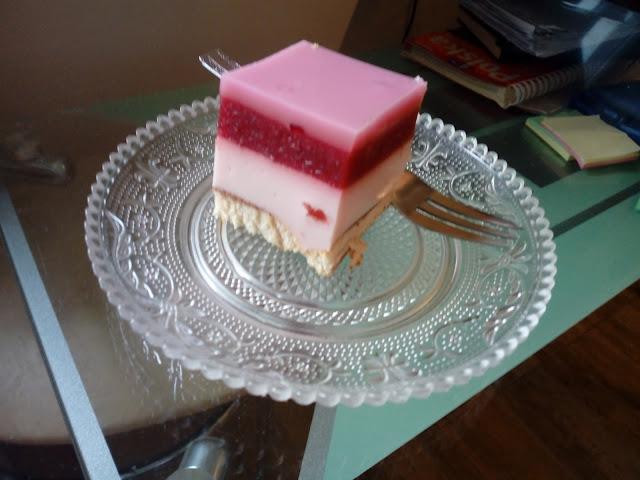 truskawkowy sernik na zimno sernik jogurtowy ciasto truskawkowe ciasto z musem truskawkowym ciasto z truskawkami ciasto z jogurtem ciasto z galaretka