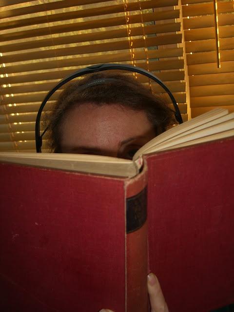 Lezend persoon met koptelefoon op met de tekst: Over eten en over geloof zijn veel boeken geschreven - het lezen daarvan geldt voor mij als hobby.