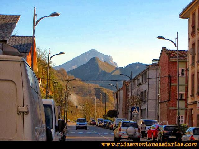 Ruta al Pico Pierzu: Vista del Pierzu desde Cangas de Onís