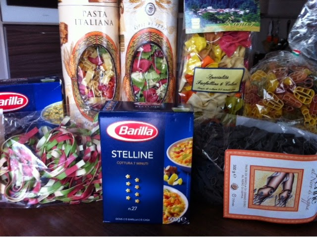 Italiassa myynnissä eri pastoja.