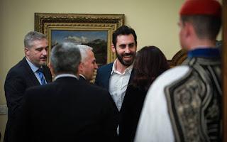 Ο σεφ Γιάννης Αποστολάκης χωρίς γραβάτα και με αθλητικά στο Προεδρικό Μέγαρο