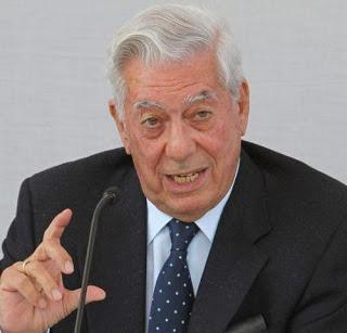 Foto de Mario Vargas Llosa hablando por micrófono