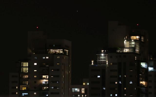 מאדים זורח אדום כמו אורות האזהרה על הבניינים