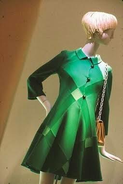 Il cappottino verde di Mila Schön esposto al Met nell ambito di