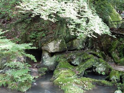 石山寺くぐり岩