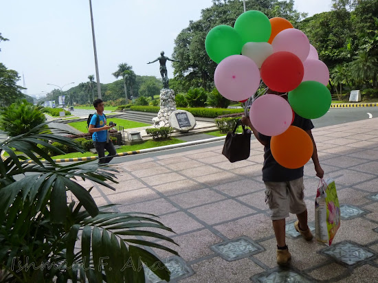 Pamangkin carrying our balloons in UP Diliman