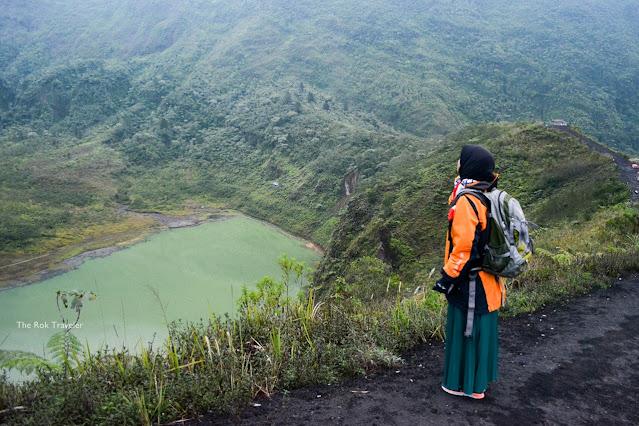 Perjalanan dari kota bandung untuk tracking Gunung Galunggung, Tasikmalaya. Pengalaman sholat dan juga sunrise di atas puncak. Seru!