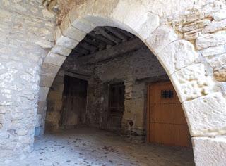 Culla. El Perxet, soportal escondido con un arco del s. XIV.