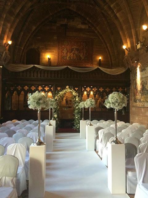 Salão principal do castelo de Peckforton arrumado para um casamento