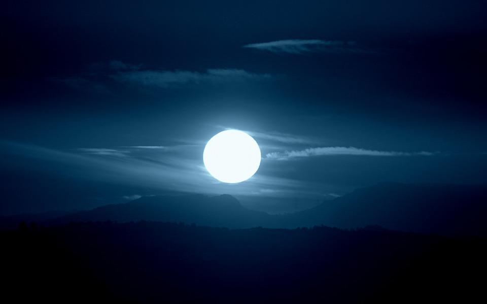 Sol com aparência azulada e obscurecida