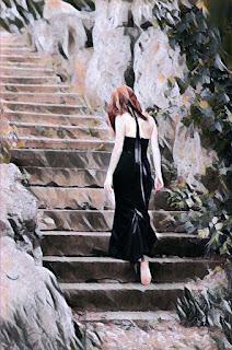 Chica vestida de negro, descalza y de apariencia cansada sube unos escalones de piedra