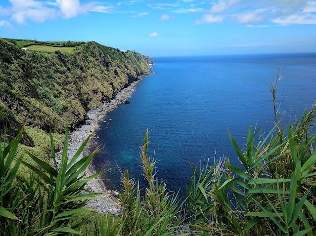Acantilados de la costa este en la Isla San Miguel