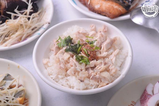 除了雞肉飯必吃,虱目魚才是焦點阿!從魚皮到魚丸通通手工製作,每天限量販售-小林雞肉飯