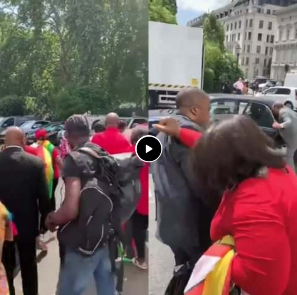 BREAKING!! Drama Erupts London, Zimbabwean President scamper for safety during his visit to UK as Zimbabweans beats hell out of him (watch VIDEO)