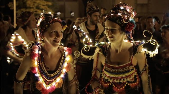 La fanfare lumineuse samba baladi avec ses lumières sur costumes et instruments. Le spectacle avec lumières est beaucoup joué sur les parades nocturnes et aussi sur les fêtes de Noel en décembre.