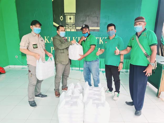 PPP Kota Bekasi Bagikan Nasi Kotak Bagi Korban Banjir