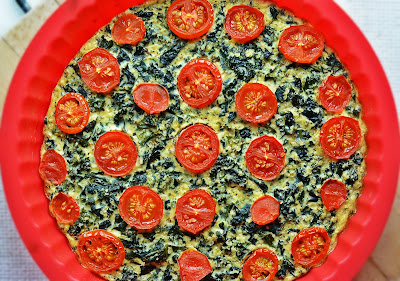 Frittata z jarmużem i pomidorami