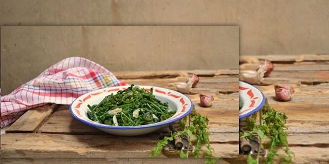 Salah satu jenis sayur yang praktis didapat yaitu sayuran daun pakis Resep Cara Membuat Tumis Daun Pakis Ebi Super Lezaaat, Coba Yuk Bunda!
