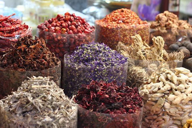 Phổ biến nhất ở đây là trầm hương (chiết xuất từ nhựa của cây trầm hương) được bày bán theo từng túi và đóng gói theo chất lượng (loại 1, 2…). Người Trung Đông đam mê hương liệu được trộn từ hỗn hợp trầm hương và các loại hương liệu khác như cây đàn hương hoặc gỗ thơm. Họ đốt trầm hương trong các lư hương đặc biệt để tạo hương thơm cho da và tóc. Ngoài việc tham quan chợ, du khách còn có thể tìm hiểu thêm về công năng của từng loại gia vị: gia vị nào dùng trong mùa hè để giải nhiệt, gia vị nào dùng trong mùa đông để giữ ấm…