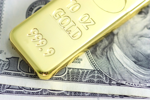 Доллар США в пятницу вырос по отношению к евро, а цены на золото снизились