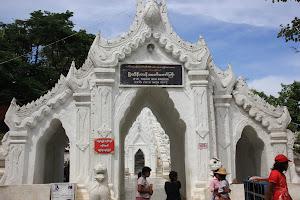 Pagoda Myatheindan ubicada en Mingun