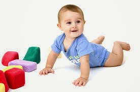 gambar bayi cakep belajar merangkak