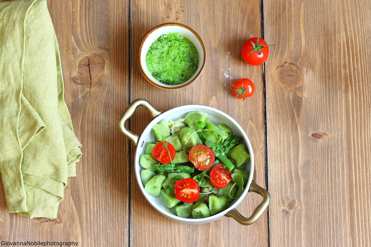 Gnocchi di ricotta e rucola con pesto di asparagi
