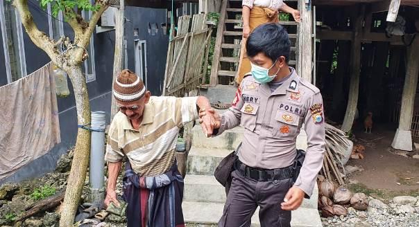 Bawa Kakek Tua Ke Bank, Anggota Polisi Ini Jadi Buah Bibir Warga