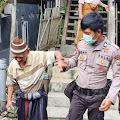 Bawa Kakek Tua Ke Kantor Desa, Anggota Polisi Ini Jadi Buah Bibir Warga