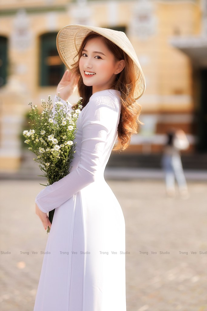 Ngắm hot Girl Thu Hương xinh đẹp như hóa trong tà áo dài trắng bên cúc họa mi - 5