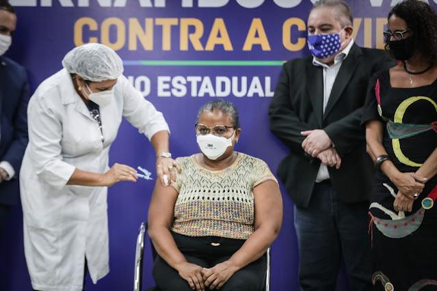 Recifense moradora do Ibura é a primeira pessoa a se vacinar em Pernambuco