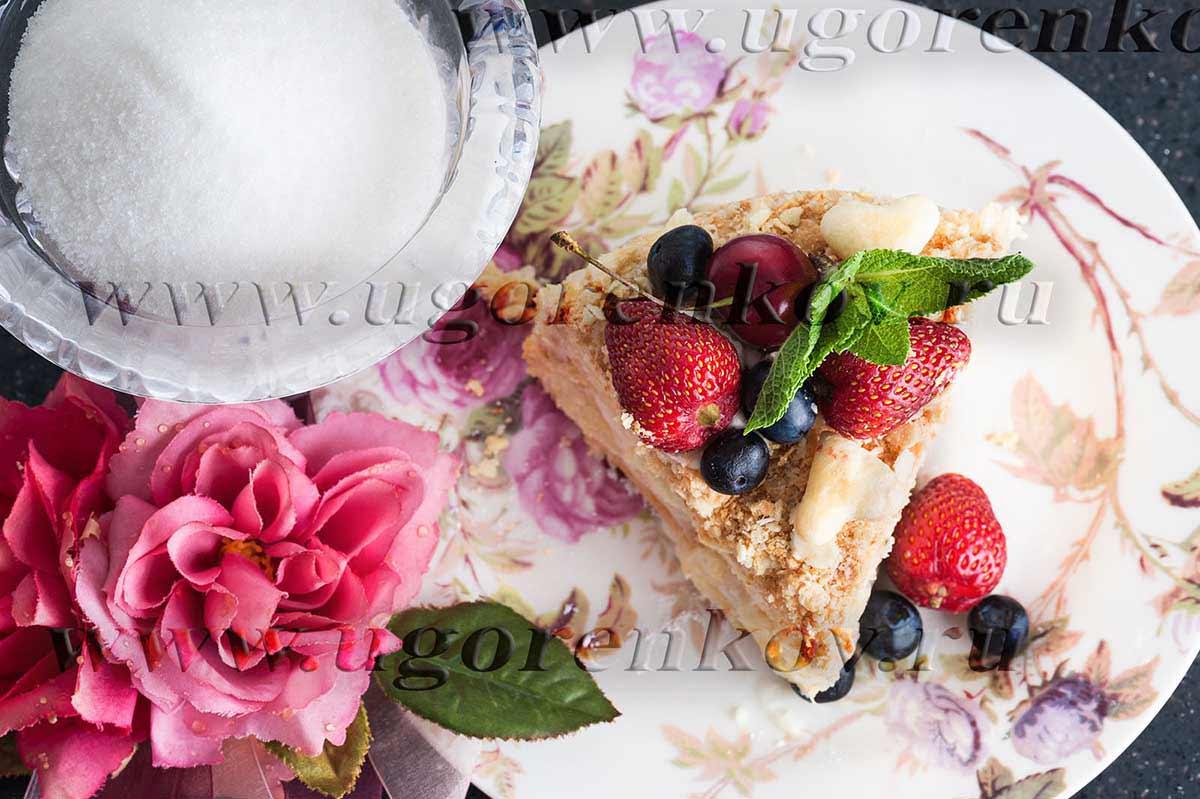 кусок торта с клубникой на столе