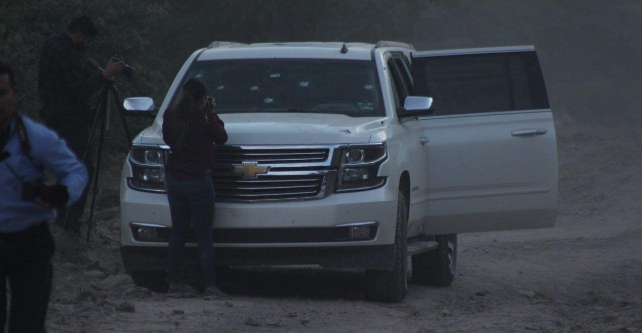 Una camioneta calcinada, otra de lujo baleada y familiares buscando sobrevivientes, así lucía el lugar del ataque contra los LeBarón
